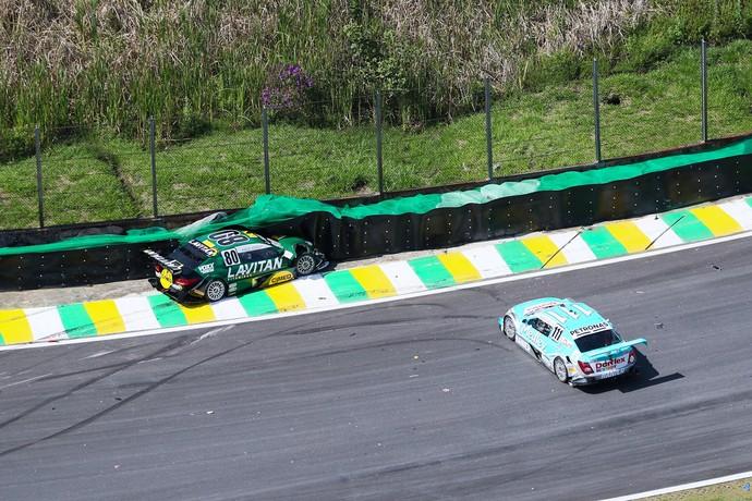 Marcos Gomes acabou embaixo dos pneus na largada da Stock Car (Foto: Duda Bairros)