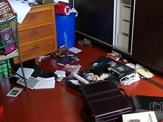Cômodos de casa paroquial ficaram revirados após assalto, em Jataí, Goiás (Foto: Reprodução/TV Anhanguera)