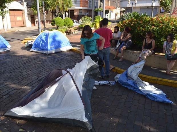 Manifestante desmonta a barraca em frente à Prefeitura de Ribeirão Preto (Foto: Leandro Mata/G1)