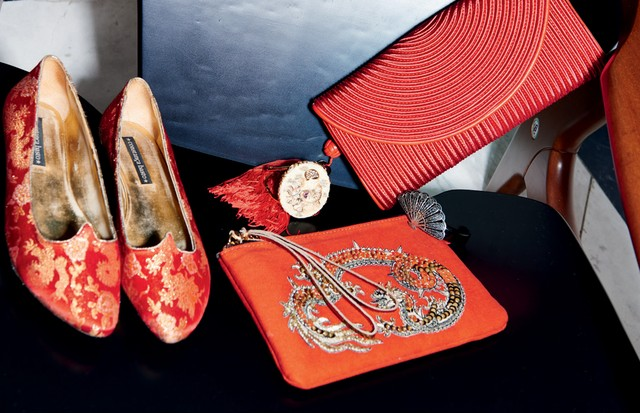Sapatos Constança Basto, nécessaire Gii Sleepwear, pulseira João Cardoso, pulseira de leque Isabella Blanco e clutch chinesa Shangai Tang (Foto: Thiago Justo)