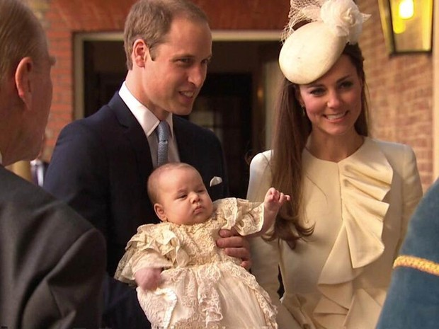 Primeira foto do príncipe George chegando para o seu batizado, segundo o perfil da BBC no Twitter (Foto: Reprodução/Twitter/BBCBreaking)
