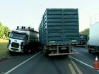Três caminhões se envolvem em acidente na BR-153 em Rio Preto