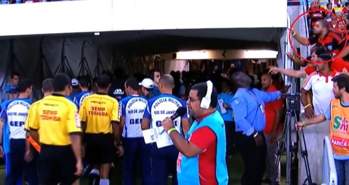 Torcedor Flamengo tenta cuspir no árbitro Maracanã (Foto: Reprodução SporTV)