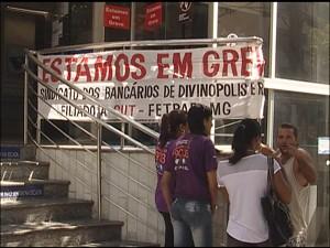Anúncio de  greve na Caixa Econômica Federal  (Foto: Reprodução/TV Integração)