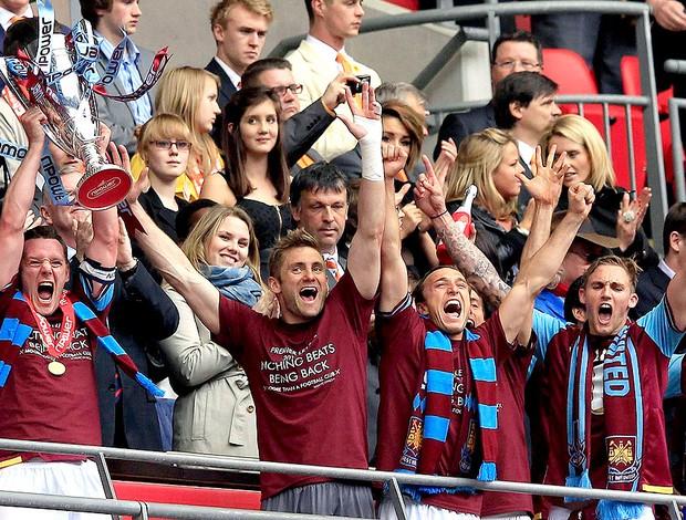 Kevin Nolan com o trofeu do West Ham após vitória sobre o Blackpool (Foto: Reuters)