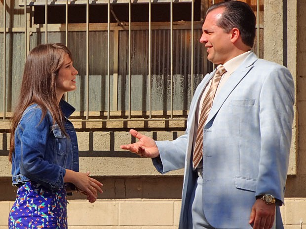 Carolina sonda e descobre tudo sobre o contrato com Nenê (Foto: Guerra dos Sexos / TV Globo)