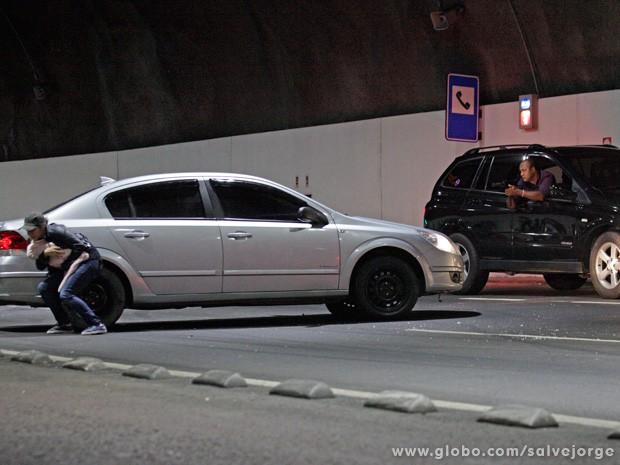 Desesperada, Morena sai do carro com Jéssica no colo (Foto: Salve Jorge/TV Globo)