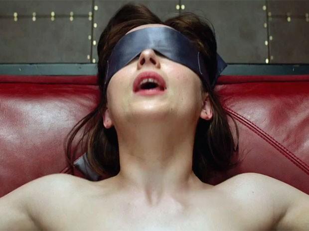 A atriz Dakota Johnson como a personagem Anastasia Steele no filme 'Cinquenta tons de cinza', adaptação do best seller erótico escrito por E.L. James (Foto: Divulgação)