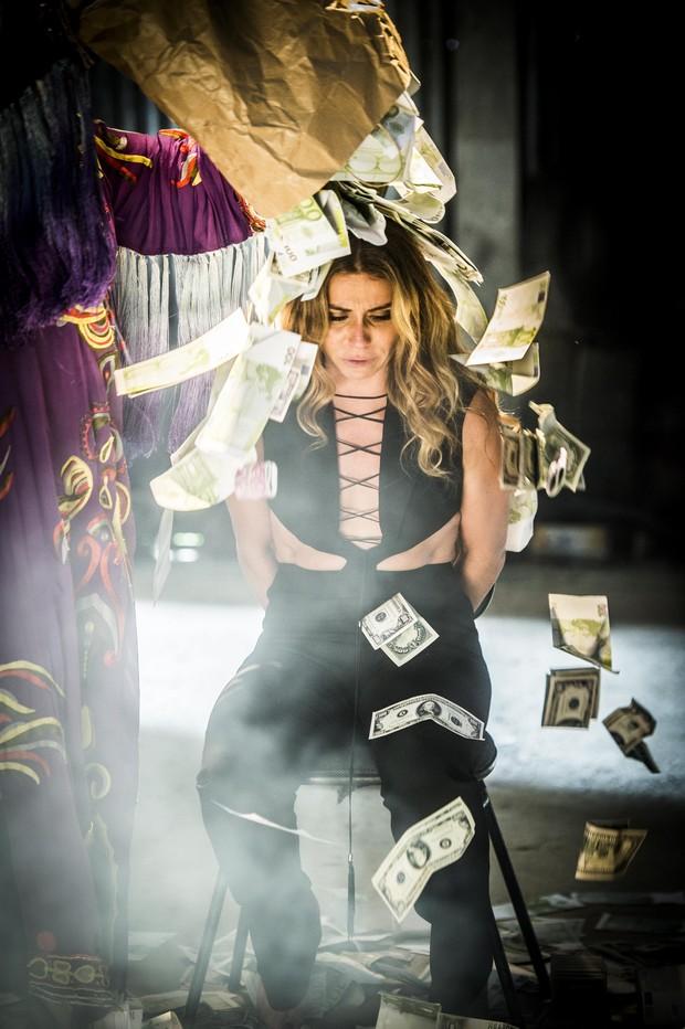Atena (Giovanna Antonelli) recebe banho de dólares na novela A Regra do Jogo (Foto: Globo/João Miguel Júnior)