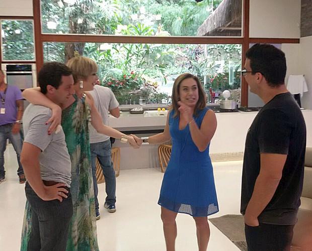 Claudia Raia abraçada a Thomaz, filho de Cissa Guimarães (Foto: Ivo Madoglio)