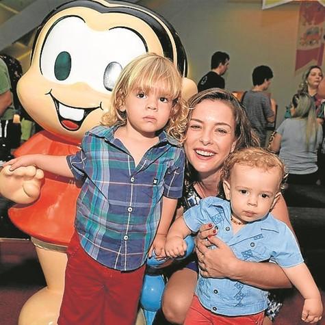 Regiane Alves com os filhos (Foto: Cristina Granato)