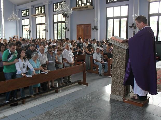 Missa de sétimo dia família ocorreu na manhã deste domingo (Foto: Adneison Severiano/G1 AM)
