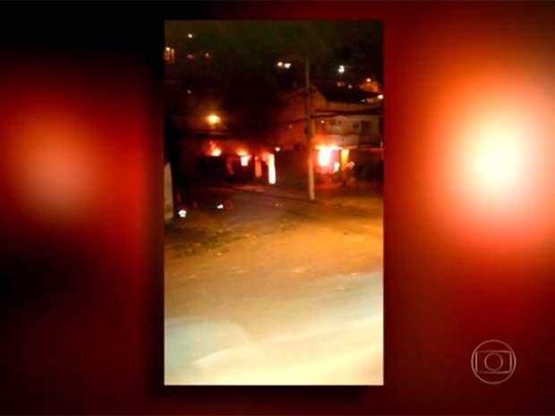 Foto mostra base da UPP do Lins em chamas (Foto: Reprodução/TV Globo)
