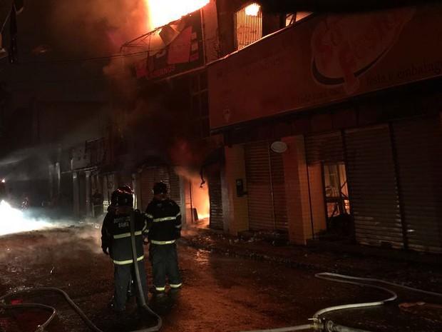 Incêndio atinge lojas de centro comercial em Feira de Santana (Foto: Renata Maia/Tv Subaé )