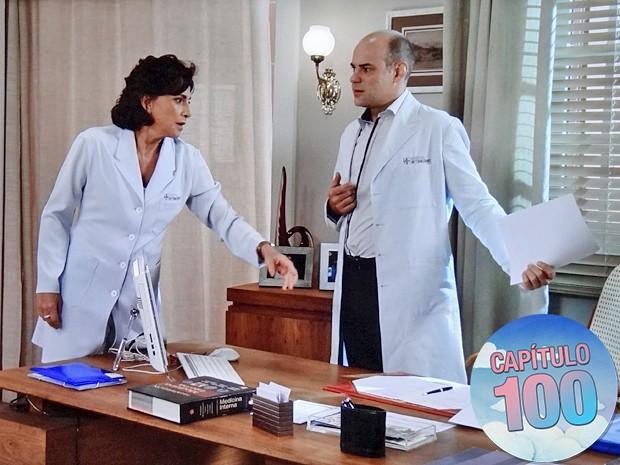 Adriana tenta pegar o seu documento das mãos de Fernando (Foto: TV Globo)