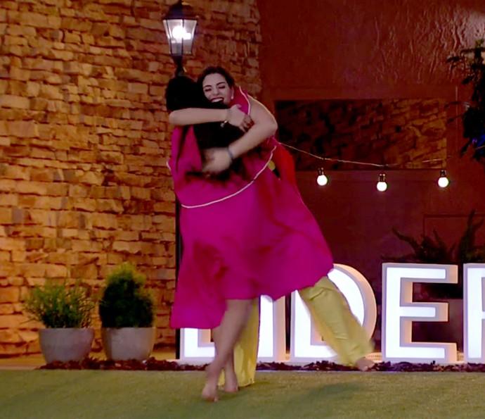 Vivian e Mayara comemoram (Foto: TV Globo)