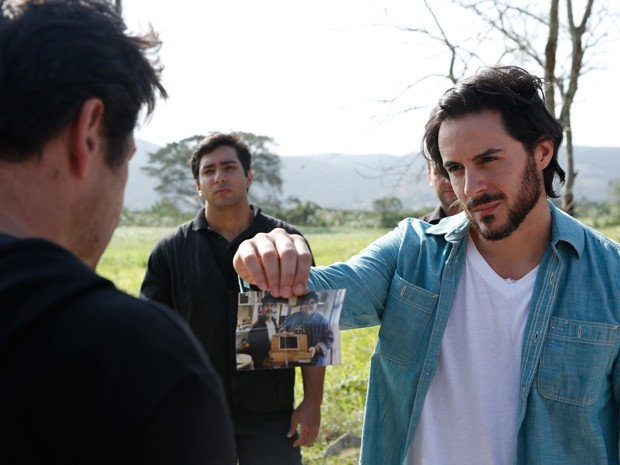 Hora da verdade: Herval revela sua verdadeira identidade para Jonas Marra (Foto: Artur Meninea/TV Globo)