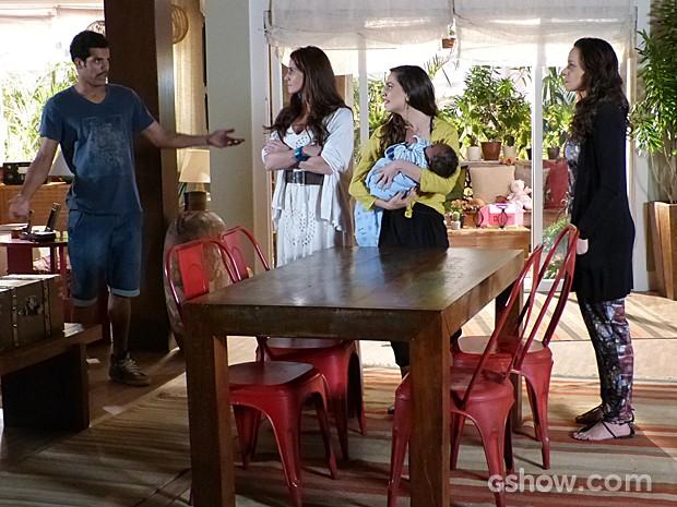 Jairo coloca Clara e Marina em saia justa e Juliana morre de vergonha (Foto: Em Família)