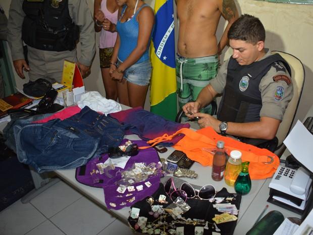 Semijoias, roupas e produtos de beleza foram encontrados com as suspeitas (Foto: Walter Paparazzo/G1)
