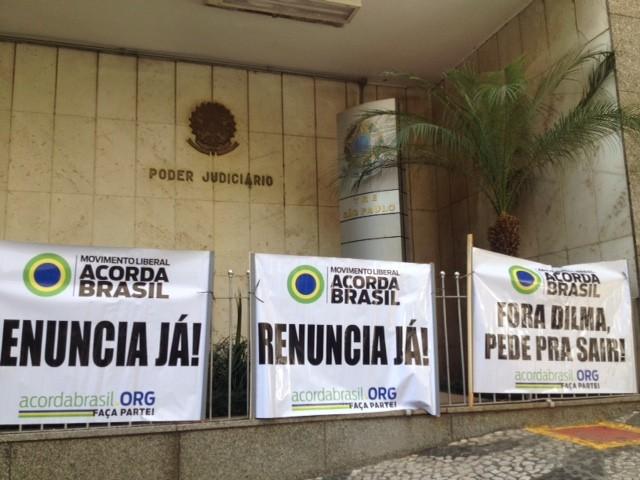 Durante depoimento de Ricardo Pessoa, manifestantes colam cartazes na sede do TRE para pedir saída de Dilma  (Foto: Tatiana Santiago/G1)