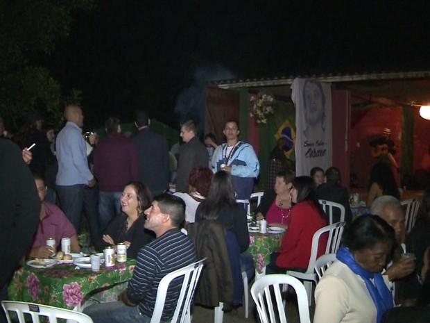 Amigos e familiares confraternizaram ao som de MPB (Foto: Reprodução / TV Tribuna)