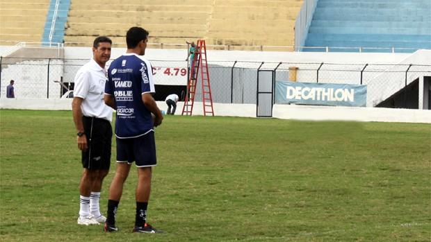 Rafael Tavares conversa com o técnico Paulo Cezar Catanoce durante o treinamento (Foto: Cleber Akamine / Globoesporte.com)