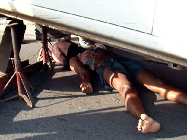 Jovem de 28 anos sofre acidente de moto e vai parar embaixo de carro; vítima sobreviveu (Foto: Reprodução/TV Subaé)
