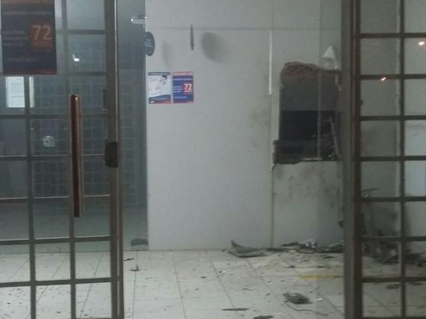 Grupo explodiu o único caixa eletrônico do posto de autoatendimento (Foto: Edvania Vilar/Arquivo Pessoal)