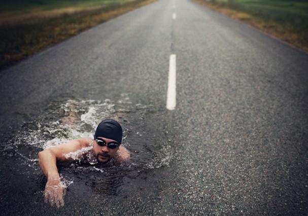 Strong Man Swim On Asphalt Road (Foto: Getty Images/iStockphoto)