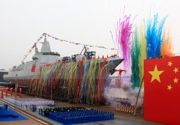 Cerimônia de lançamento do novo destróier produzido na China (Foto: China Network/Reuters)