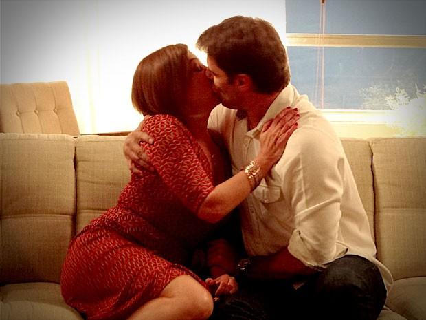 Monalisa e arquiteto se beijam (Foto: Avenida Brasil / TV Globo)