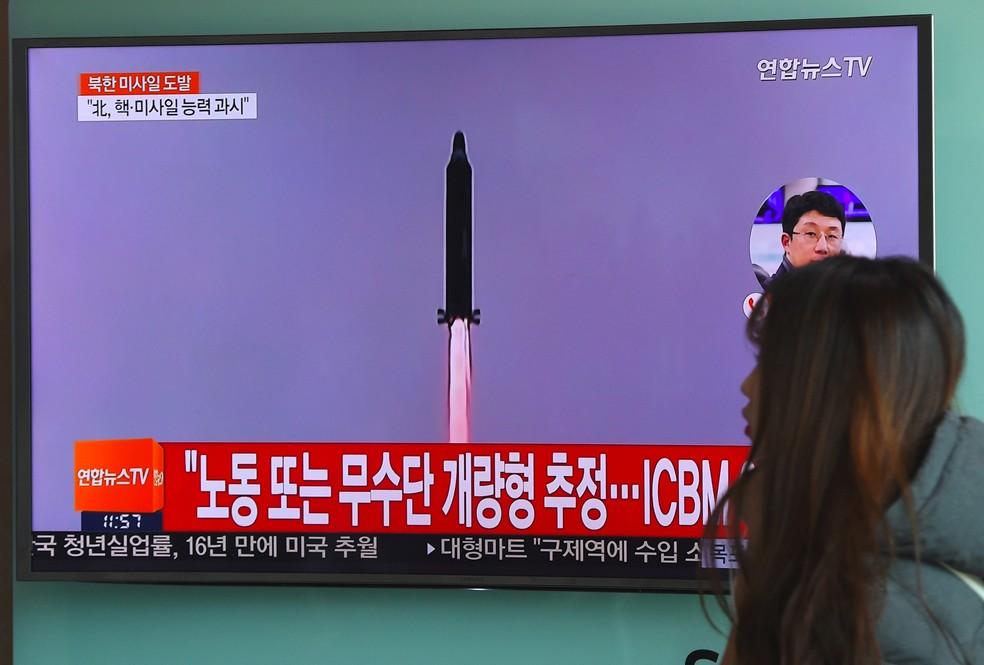 Televisão em estação de trem em Seul mostra lançamento de míssil da Coreia do Norte (Foto: Jung Yeon-Je/AFP)