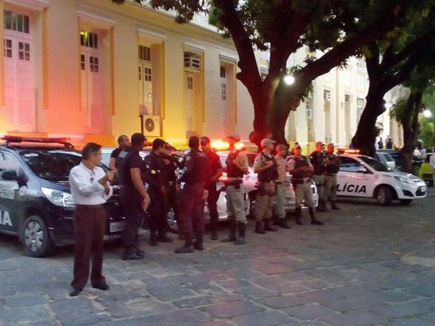 Batalhão de Choque da Polícia Militar foi acionado e cercou o prédio da Câmara do Recife. Vereadores deixaram o prédio pelo portão dos fundos nesta terça (Foto: Vitor Tavares/G1)