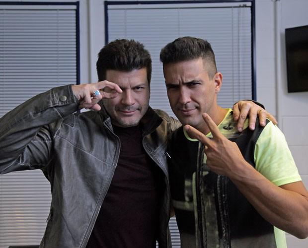 """André Marques aprende a lançar o """"Olhar 43"""" com Paulo Ricardo (Foto: Fabiano Battaglin/Gshow)"""