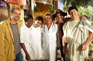Cantor virou médico por um dia: 'Sonho da minha mãe' (TV Globo / Casseta & Planeta Vai Fundo)