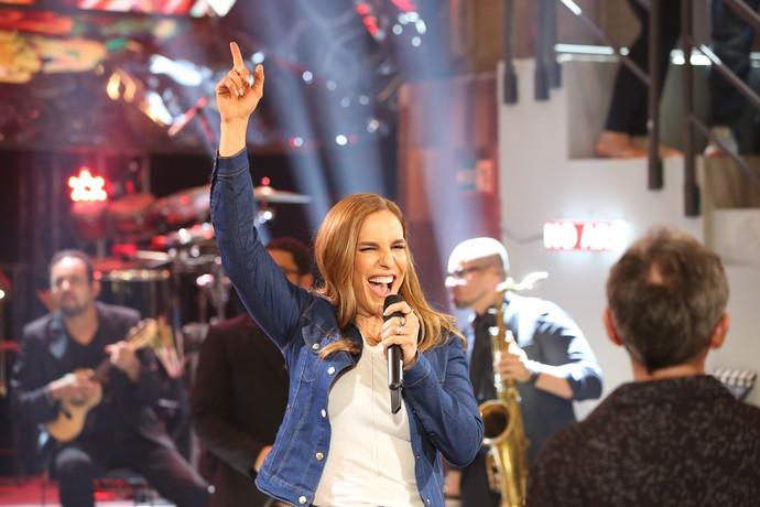 Ivete Sangalo canta músicas do projeto acústico no 'Altas Horas' (Foto: Carol Caminha/Gshow)