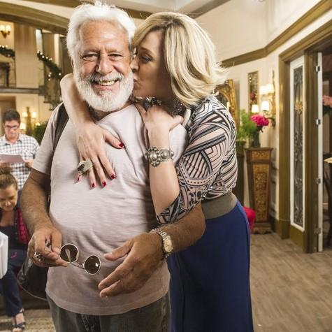Antonio Fagundes recebe o carinho de Cláudia Raia (Foto: Globo/João Miguel Júnior)