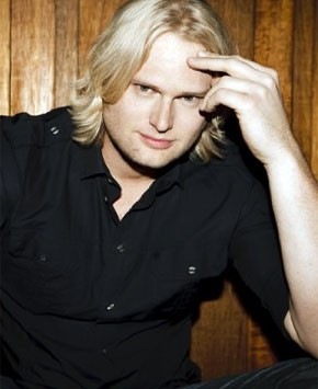 Adam Anders é um dos principais responsáveis pelos sucessos de Glee (Foto: Divulgação / Reprodução)