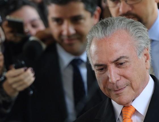O vice-presidente Michel Temer fala com a imprensa pela primeira vez após o vazamento de uma carta pessoal à presidente Dilma Rousseff (Foto: Eraldo Peres/AP)
