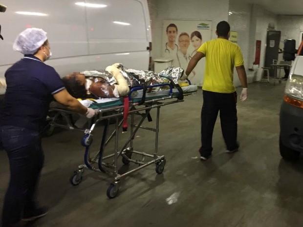 Mulher chegou em hospital de Manaus na noite desta terça-feira (7) (Foto: Indiara Bessa/G1 AM)