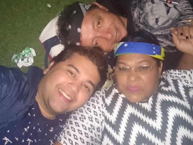 Família descansa no gramado do Rock in Rio durante intervalo dos shows  (Foto  Divulgação e1e78c03f4a