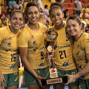 Jogadoras festejam o título do Torneio Quatro Nações de handebol (Foto: Cinara Piccolo/Photo&Grafia)