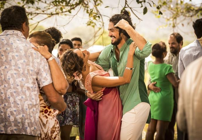Miguel se diverte com Tereza em festa de casamento (Foto: Inácio Moraes/ Gshow)