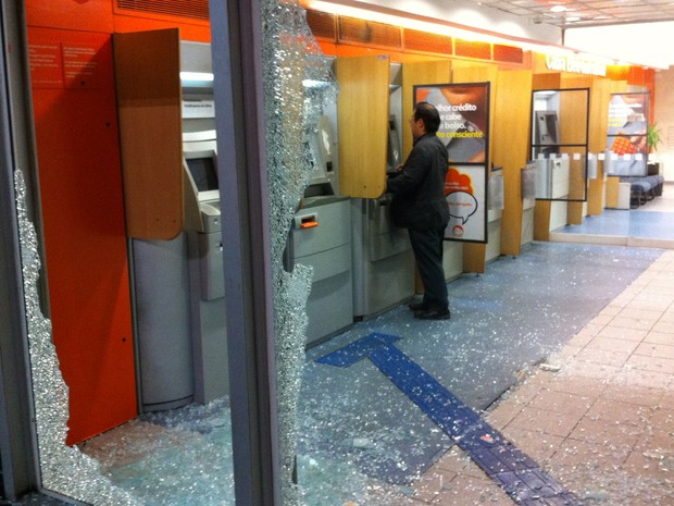 Agência bancária depredada na Av. Paulista (Foto: Rodrigo Mora/G1)