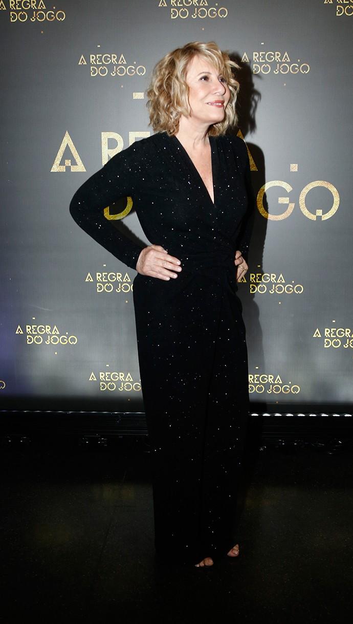 Elegante, Renata Sorrah posa com vestido brilhoso (Foto: Raphael Dias/Gshow)