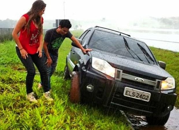 Carro que transportava Lívia e Yudi ficou preso em valeta (Foto: Instagram/Reprodução)