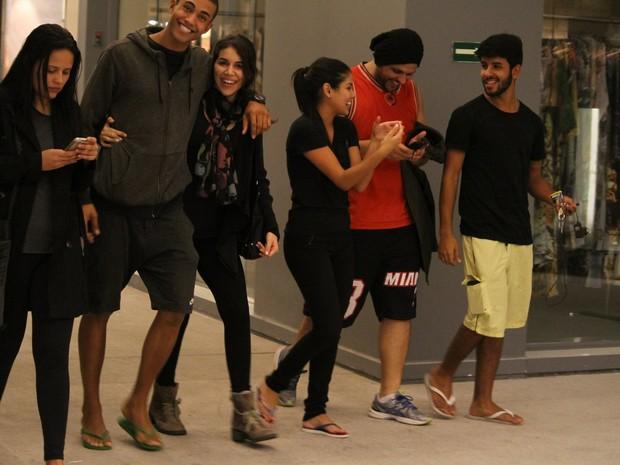 Ex-BBB Munik com amigos em shopping na Zona Sul do Rio (Foto: Ag. News)