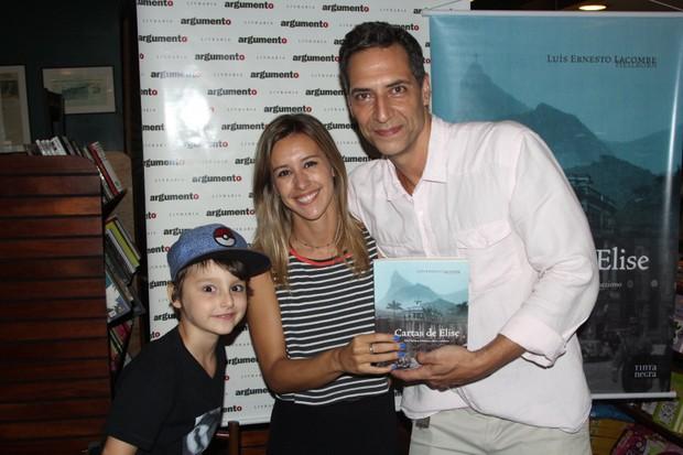 Cris Dias prestigiam o livro de Luiz Ernesto Lacombe  (Foto: Rogerio Fidalgo / AgNews)