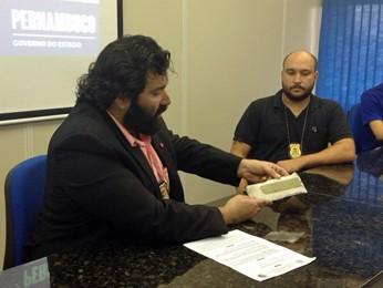 Placa de chassi de kombi roubada foi encontrada em oficina (Foto: Marjones Pinheiro / TV Globo)