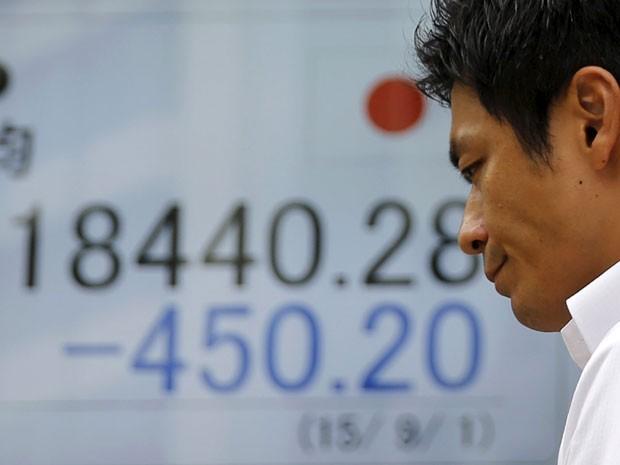 O índice Nikkei 225 perdeu 724,79 pontos, a 18.165,69 unidades. (Foto: Reuters)
